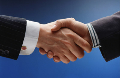 business handshake over blue background/apreton de manos sobre fondo azul