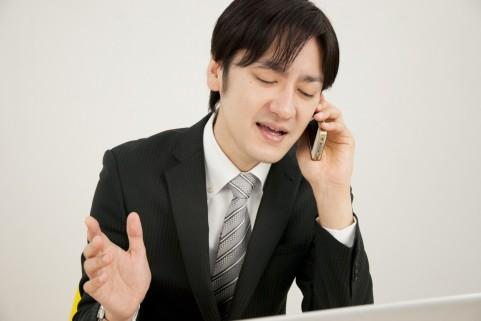 電話営業する営業マン